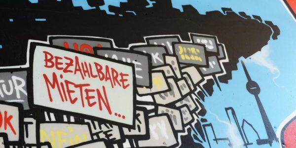 "ARCHIV - Ein Graffiti für bezahlbare Mieten am Kottbusser Tor am 07.06.2013 in Berlin-Kreuzberg. Foto: Jens Kalaene/dpa (zu dpa ""Bundeskabinett beschließt Mietpreisbremse"" vom 01.10.2014) +++(c) dpa - Bildfunk+++"